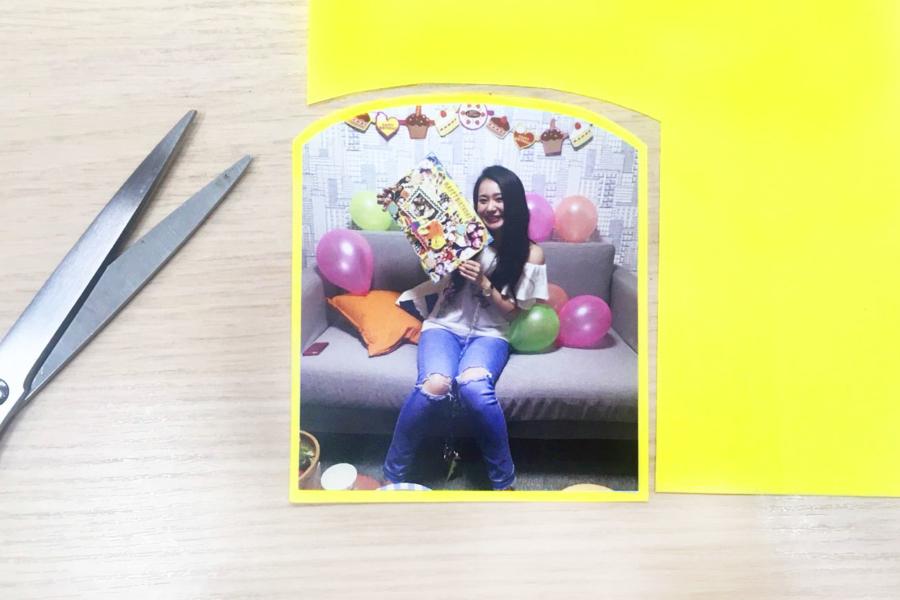 アルバム作り方:写真の下に色画用紙を貼る