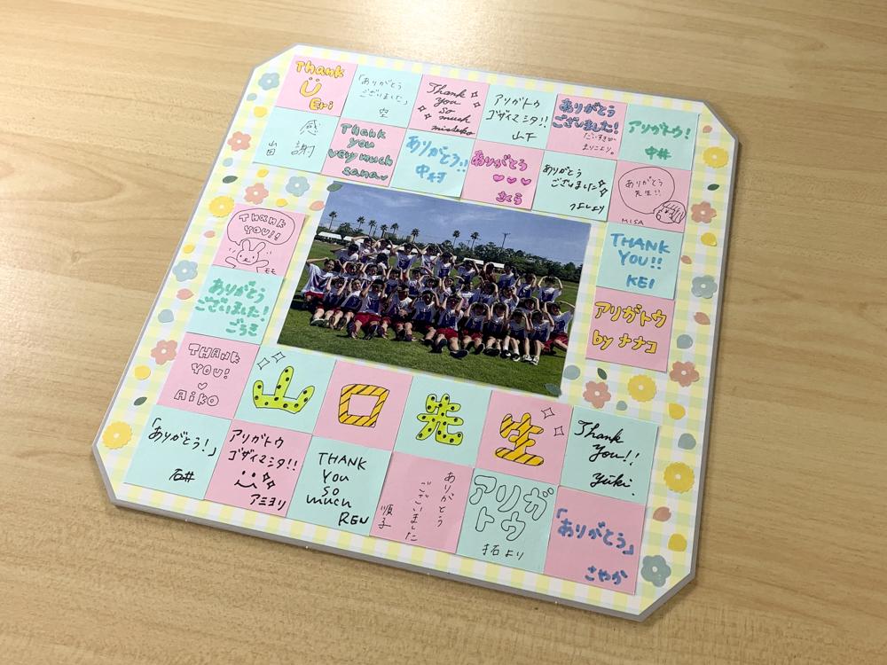 『ありがとう』の言葉だけで簡単に可愛く作れる!クラス全員で作る先生への寄せ書きボード
