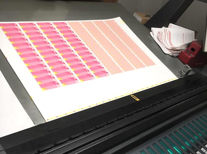 工場まで出向き、素材感や色をチェック