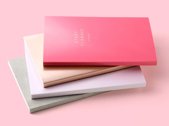 サーモンピンクやパステルピンクなど様々なカラーや素材の表紙